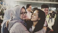 <p>Sebagai anak perempuan satu-satunya di keluarga, Tia termasuk paling dekat dengan sang bunda. (Foto: Instagram @fery.farhati)</p>