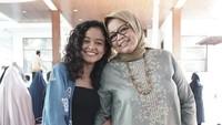 <p>Dalam berbagai kesempatan, Tia sering menemani ibunya menghadiri acara sosial, Bunda. (Foto: Instagram @mutiarabaswedan)</p>