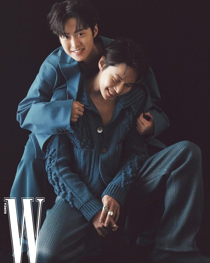 """Pada hari Senin (3/5), majalah W Korea membagikan hasil pemotretan bersama """"Kim Brothers"""" untuk edisi Mei 2021. Keakraban keduanya tetap terjaga meski terpaut usia 2 tahun dan padatnya jadwal masing-masing. (Foto: instagram @wkorea)"""