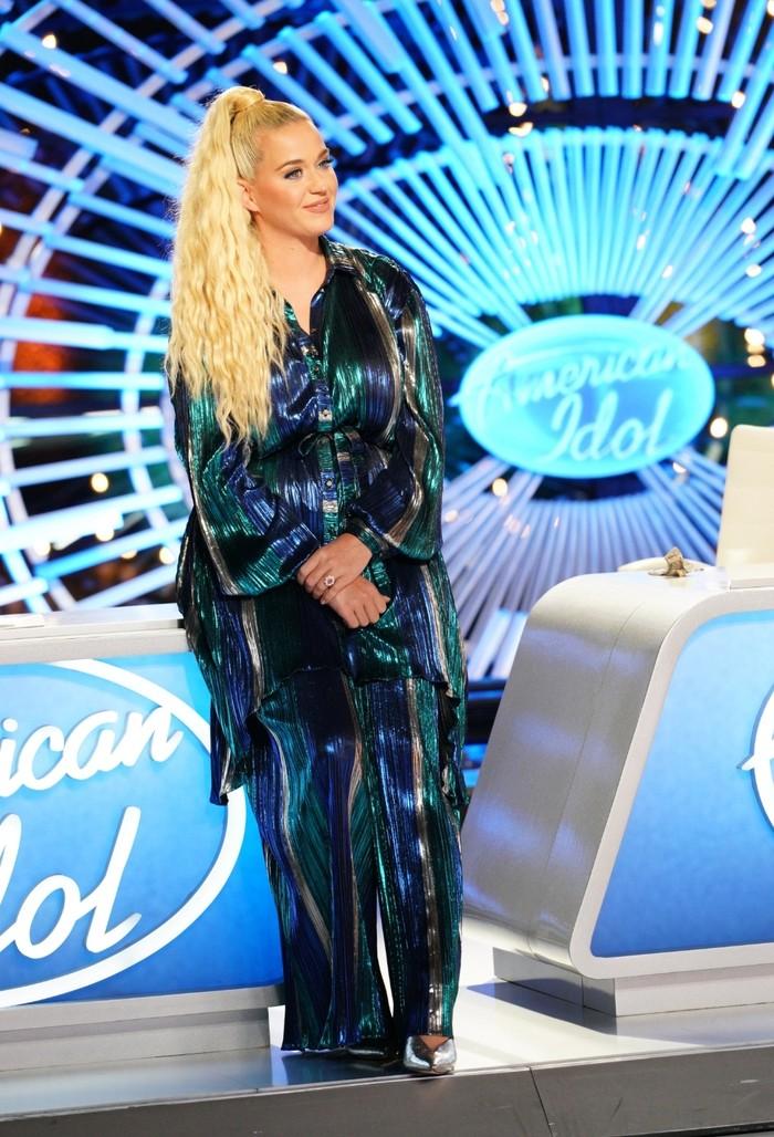 Penampilan Katy Perry memang tidak tanggung-tanggung ketika menjadi juri di American Idol, meski tak lama setelah ia melahirkan putrinya bersama Orlando Bloom. Ia tetap tampil glamor dengan outfit yang serba mengilap. (Foto: lifeandstylemag.com)