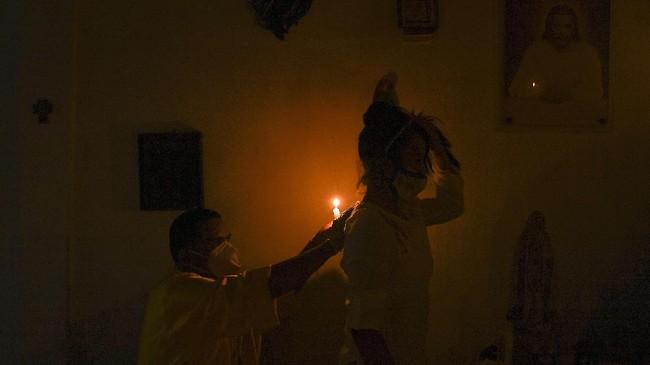 Setiap tahun, ribuan orang melakukan perjalanan ke lereng gunung di Venezuela untuk ritual dengan api, darah, dan asap untuk menghormati dewi adat Maria Lionza