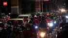 VIDEO: Pemudik Bermotor Tinggalkan Jakarta Di Malam Hari