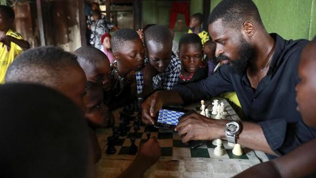 Anak-anak di Nigeria berharap tak tik dan strategi yang mereka pelajari di papan catur akan membantu mereka melompat keluar dari rumah mereka di daerah kumuh
