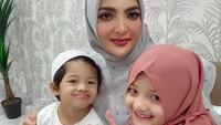 <p>Foto Ashanty dan Arsy mengenakan hijab selalu mengundang perhatian netizen, Bunda. Terutama penggemarnya yang ramai-ramai memberikan pujian dan doa.</p>