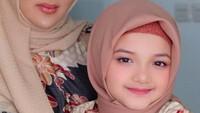 <p>Potret terbaru keduanya yang mengenakan hijab dan baju Muslim. Arsy makin mirip Ashanty ya? (Foto: Instagram @ashanty_ash)</p>