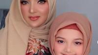 <p>Ashanty dan Arsy belum lama ini tampil berhijab di publik. Selain publikasikan foto berdua di media sosial, keduanya juga nyanyi bersama di sebuah acara dengan menggunakan hijab. (Foto: Instagram @ashanty_ash)</p>