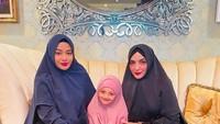 <p>Aurel Hermansyah, Arsy, dan Ashanty, kompak mengenakan khimar di bulan Ramadhan. (Foto: Instagram @ashanty_ash)</p>