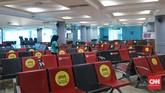 Bandara Sultan Mahmud Badarudin (SMB) II Palembang sepi penumpang pada hari pertama penerapan larangan mudik. Kursi-kursi tunggu kosong, pos pelayanan lengang.