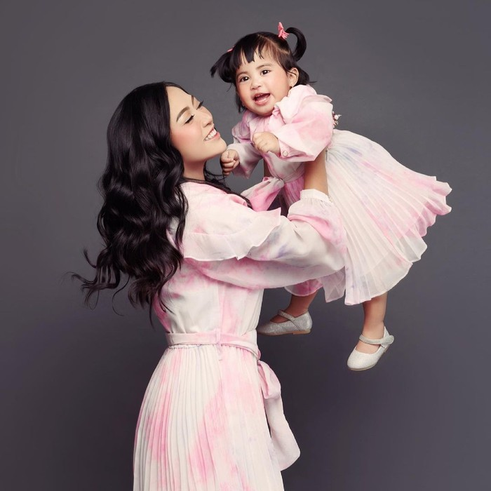 Dengan cara bermain sambil mengangkat-angkat Chava, Rachel membuat putrinya nyaman dalam pemotretan/Sumber/Instagram/rachelvennya.