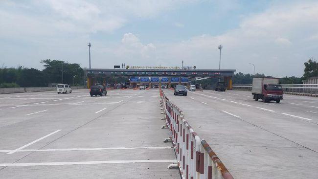 Jalan tol Cikampek terpantau lancar di pagi hari keenam pemberlakuan aturan larangan mudik lebaran 2021.