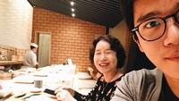 <p>Ha Seok Jin merupakan putra sulung di keluarganya. Bintang drakor <em>Crash Landing On You</em> memiliki seorang adik perempuan. Ia juga sangat dekat dengan sang bunda hingga sering membagikan potret kebersamaan mereka. Tengok saja <em>selfie</em> mereka yang imut ketika sedang makan di restoran. (Foto: Instagram: @haseokjin)</p>