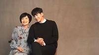 <p>Ji Chang Wook adalah anak satu-satunya dari sang bunda. Tak heran jika bintang drakor <em>Healer</em> itu menjadi putra kesayangan di keluarga. Kedekatannya dengan ibunda membuat Ji Chang Wook kerap dijuluki sebagai anak mama. <em>So sweet,</em> Bunda! (Foto: Instagram: @jichangwook)</p>