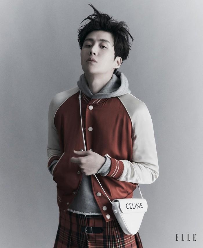 Jika biasanya teater dijadikan batu loncatan bagi para aktor, beda dengan Kim Seon Ho. Meski sudah debut drama TV ia tetap menikmati tampil di panggung teater. ICE merupakan teater yang ia perankan setelah drama Start Up (Foto:instagram.com/ellesingapore)