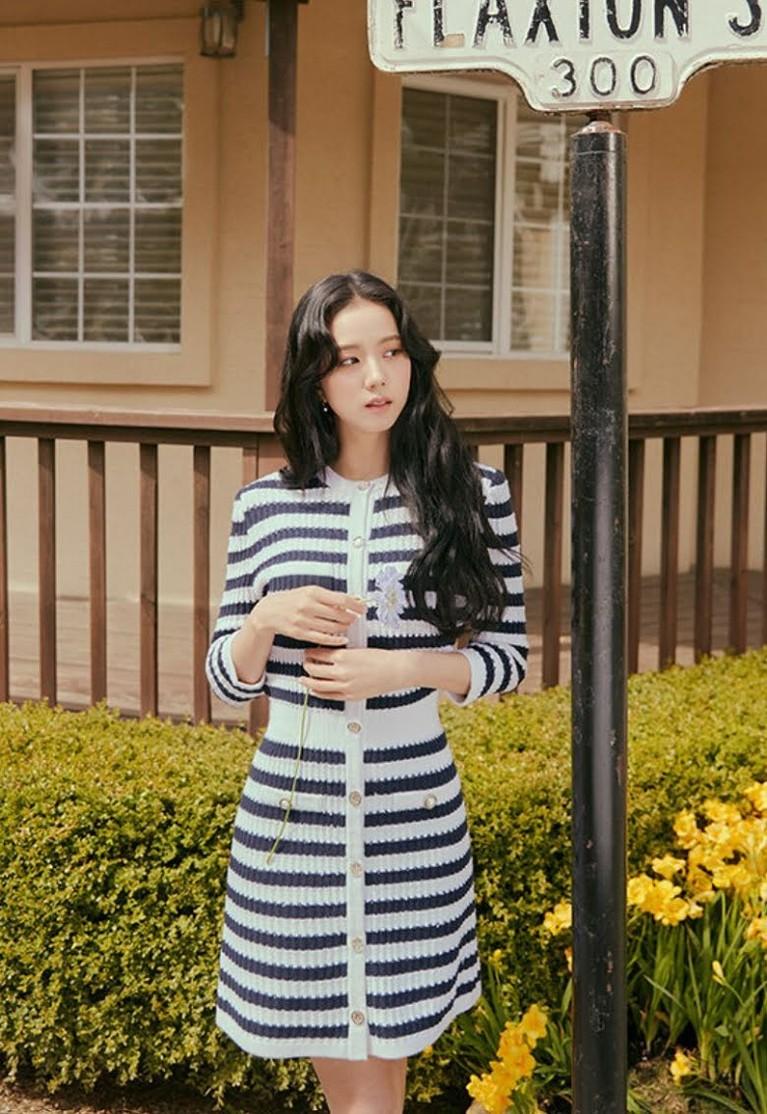Jisoo BLACKPINK terpilih sebagai model koleksi musim panas 2021 'For A Day Michaa'. Yuk kita intip pancaran aura Jisoo diberbagai busana berbeda!