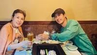 <p>Aktor tampan berusia 40 tahun ini juga memiliki kedekatan yang erat dengan ibundanya. Kim Ji Seok tak pernah bosan membagikan potret kebersamaan dengan ibunda lewat Instagram. Mereka sering menghabiskan waktu dengan menyantap hidangan bersama. (Foto: Instagram: @kimjiseok16)</p>
