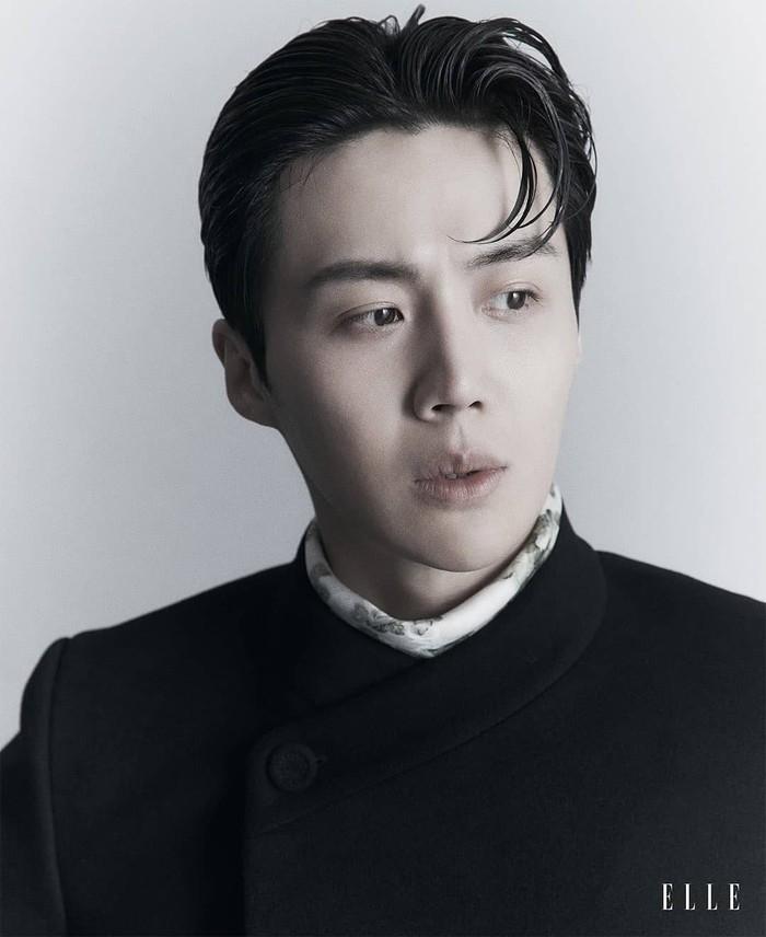 Kim Seon Ho selalu berusaha meningkatkan kemampuan aktingnya, untuk membalas cinta yang diberikan para fans. Bekerja sama dengan Epitone Project, ia pun membuat lagu untuk para fansnya yang akan rilis 6 Mei 2021.(Foto: elle.com.sg)