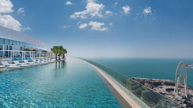 Rekor infinity pool tertinggi di dunia saat ini dipegang oleh salah satu hotel mewah di Dubai.