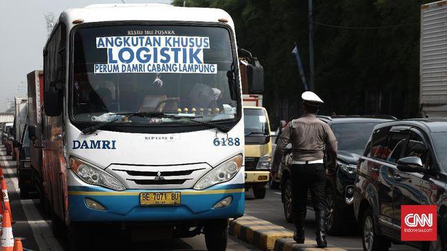 Kemacetan panjang sempat terjadi di Jalan Raya Tanjung Pura, Karawang, karena aktivitas penyekatan mudik yang dilakukan petugas kepolisian.