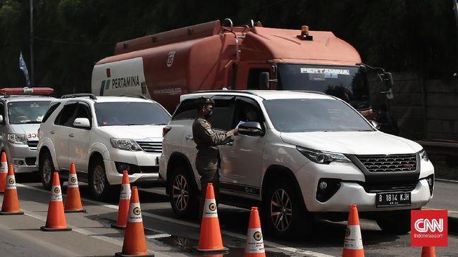 Sebanyak 1.456 kendaraan yang berniat keluar Jakarta diputarbalikkan oleh petugas pada penyekatan larangan mudik hari pertama, Kamis (6/5) kemarin.