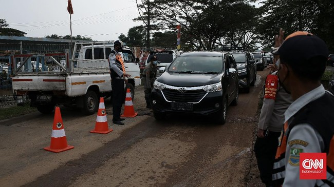 Petugas gabungan melakukan penyekatan di perbatasan Bekasi-Karawang, Syphoon Cibeet, yang kerap jadi jalur tikus untuk menyiasati larangan mudik.
