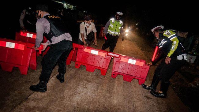 Polisi mengamankan 10 pemudik tujuan Pandeglang yang bersembunyi di truk towing sepeda motor di titik penyekatan di Cikupa, Tangerang.