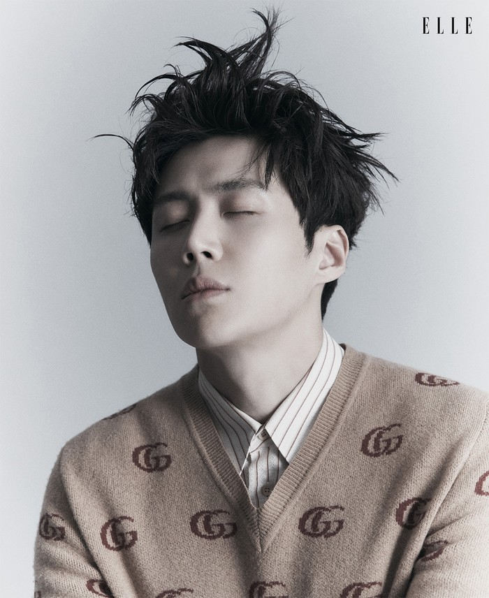 Pria yang berulang tahun 8 Mei ini, akan melakukan syuting untuk drama barunya yang berjudul Seashore Village Cha Cha Cha bersama dengan Shin Min Ah. Kita nantikan drama terbarunya ya. (Foto: elle.com.sg)