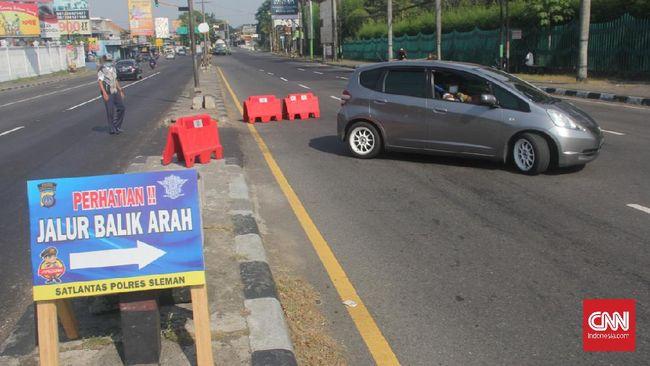 Polisi menangkap seorang pengendara mobil yang menerobos pos penyekatan di Prambanan, Klaten, Jawa Tengah.