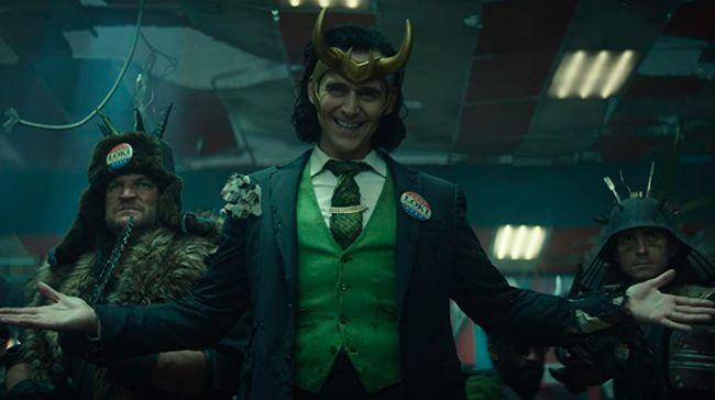 Tom Hiddleston tampil mengumumkan perubahan jadwal tayang serial Loki dari yang semula diagendakan pada 11 Juni 2021.