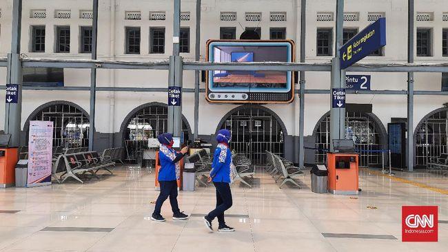 Stasiun Pasar Senen tak memeriksa surat bebas Covid-19 bagi para penumpang Kereta Api dari luar daerah lantaran itu sudah dicek di stasiun keberangkatan.