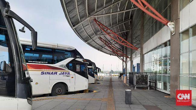 Terminal Terpadu Pulo Gebang, Jaktim, yang masih boleh beroperasi tampak sepi pada hari pertama masa larangan mudik tampak sepi, Kamis (6/5).