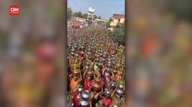 VIDEO: India Kembali Gelar Ritual Keagamaan Tanpa Prokes