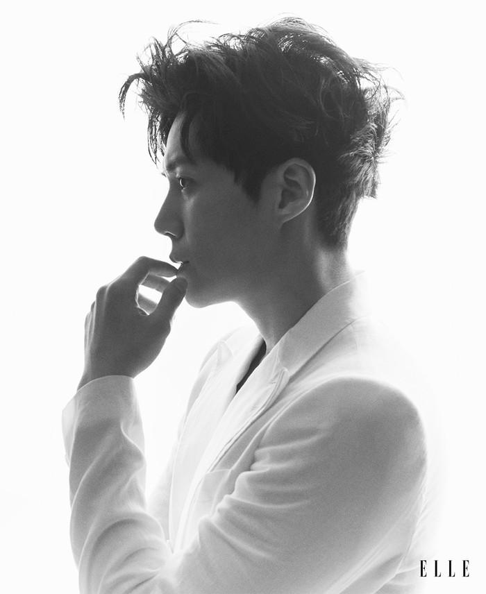 Tidak hanya drama, kini Kim Seon Ho menjelma jadi seorang entertainer berkat program variety show 2D1N. Ia menjadi member tetap program tersebut dan berhasil meraih penghargaan Rookie Award Variety Show (Foto: elle.com.sg)