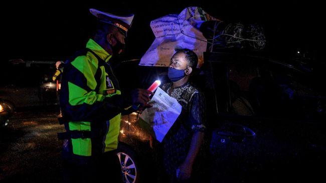 Warga nekat menumpang truk bermuatan sayur dari Bekasi dengan harapan bisa lolos penyekatan larangan mudik agar bisa pulang kampung ke Garut.