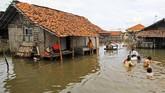 Empat tahun terakhir warga di Desa Eretan Kulon, Indramayu, Jawa Barat, harus pasrah melihat rumah mereka rusak terkikis ombak banjir rob.
