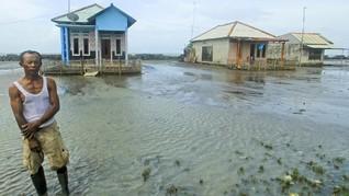 FOTO: Bertahan Hidup di Pasang Surut Air Laut Indramayu