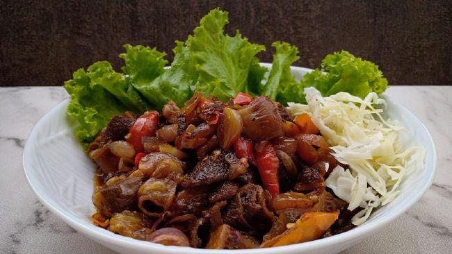 Kuliner asal Semarang ini umumnya menggunakan babat sapi, tapi Anda bisa mengganti dengan daging sapi. Berikut resep praktis berbuka daging sapi gongso.