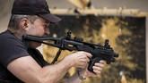 Eks sniper elite Israel, David Roytman, mengalihkan keahliannya dalam menembak jitu dengan melukis menggunakan desingan peluru.