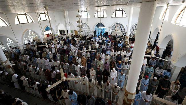 Masjid-masjid di Pakistan masih padat sementara fasilitas umum lain tutup karena pemerintah memperketat aturan jaga jarak di tengah gelombang tiga Covid-19.