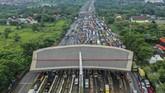 Ribuan kendaraan terjebak macet akibat penyekatan hari pertama larangan mudik, Kamis (6/5). Sementara ruas tol, terminal, hingga stasiun terlihat lengang.