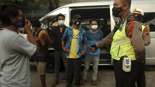 Polisi mengamankan satu truk ekspedisi pengangkut sepeda motor baru yang kedapatan menyembunyikan pemudik di KM 31 Tol Cikupa.