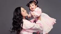<p>Rachel Vennya melahirkan seorang anak perempuan pada November 2019 lalu, Bunda. Putri cantiknya ini kemudian diberi nama Auroraw Chava Al-Hakim. (Foto: Instagram: @rachelvennya)</p>