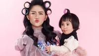 <p>Enggak hanya menampilkan gaya yang cantik, Rachel dan Chava sering memilih gaya dengan ekspresi wajah yang lucu nih, Bunda. Gemes banget, ya. (Foto: Instagram: @rachelvennya)</p>