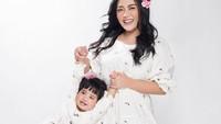 <p>Rachel dan Chava tampak feminim dengan pakaian serba putih nih, Bunda. Tak hanya itu, aksesoris bunga yang menempel pada rambut semakin membuat keduanya tampak bersinar. Bisa dijakin inspirasi foto bareng Si Kecil ya. (Foto: Instagram: @rachelvennya)</p>