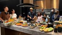 <p>Sebelum menempati rumah tersebut, Nisya Ahmad juga menyajikan hidangan untuk acara syukuran di dapur minimalisnya. Dapur dilengkapi dengan meja panjang untuk menyajikan aneka masakan. Mereka pun melakukan <em>ceremony</em> berupa potong tumpeng. Selamat menempati rumah baru, Nisya! (Foto: YouTube NisNaz Channel)</p>