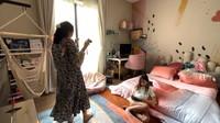 <p>Kemudian di lantai atas, Nisya Ahmad juga membuat kamar untuk anaknya yang beranjak remaja. Kamar ini didominasi dengan nuansa pink lembut dan dekorasi feminin. Ada kursi gantung berupa jaring-jaring untuk tempat bersantai sambil membaca buku. (Foto: YouTube NisNaz Channel)</p>