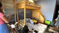 <p>Di lantai dasar, Nisya membangun kamar anaknya yang masih kecil dengan kasur tingkat yang terbuat dari kayu. Anak-anak yang aktif dapat leluasa bermain di kamar tersebut. (Foto: YouTube NisNaz Channel)</p>