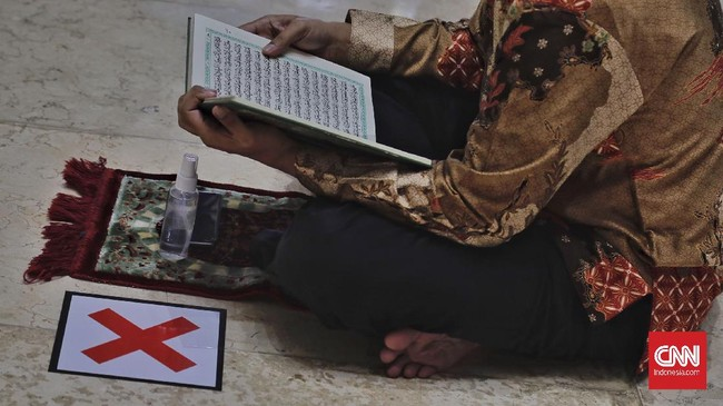 Mendekati akhir Ramadan 1442 Hijriah, warga-warga menghabiskan waktu di Masjid untuk beritikaf usai salat Jumat.