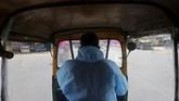 Ketika kendaraan darurat sulit ditemukan, bajaj di India disulap menjadi ambulans untuk mengantarkan para pasien Covid-19 di tengah gelombang 2 pandemi corona.