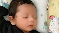 <p>Badai pun sudah berlalu, kini usia Syaki sudah mau satu bulan. Ia bakal berusia satu bulan ketika Lebaran nanti, Bunda. (Foto: Instagram @baihaqqi_syaki_ramadhan)</p>