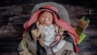 <p>Syaki memakai kostum ala-ala sultan alias orang kaya-raya di Arab. Lucu banget ya? Kita doakan semoga Syaki tumbuh sehat dan menjadi anak yang saleh! (Foto: Instagram @nadyamustikarahayu)</p>